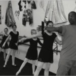 El Indpendiente Joey and Students at the Barre
